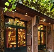 【ブロイヤーズ・リューデスハイマー・シュロス】外にはブドウの木があるほどワインを大事にしているレストラン