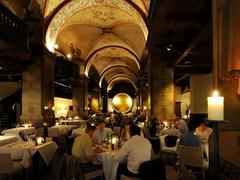 【コルンハオスケラー】吹き抜けから見える天井画が美しい、落ち着いた雰囲気のレストラン