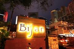 【ビジャン・バー・アンド・レストラン】ビジャンのネオンサインが目印