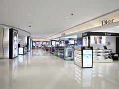 【新世界免税店(シンセゲメンゼイテンキュウパラダイスメンゼイテン)】2階には海外一流化粧品ブランドが並ぶ