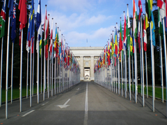 【パレ・デ・ナシオン(国際連合ヨーロッパ本部)】門前の万国旗