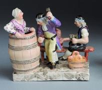 【旧市庁舎】樽職人の仕事をユーモラスに再現した陶器の置物