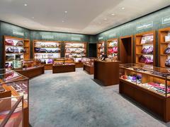 【キルヒホーファー・カジノ・ギャラリー】革製品コーナーには有名ブランド製品がずらりと並ぶ