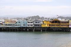 【オールド・フィッシャーマンズ・ワーフ】桟橋の上に並ぶカラフルな店舗