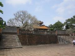 【トゥドゥック帝廟】池の左側を登ると皇帝を祀る寺院