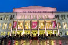 【オペラハウス】オペラハウスと開演を待つ人々