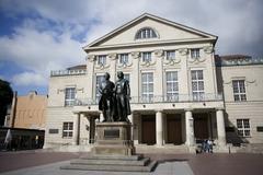 【劇場広場】ドイツ国立劇場の前に立つゲーテとシラー像