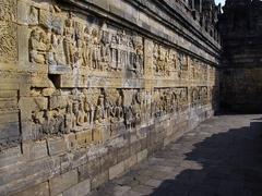 【ボロブドゥール遺跡】回廊中にブッダの生涯や法話が刻まれている