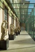 【ライス・エンゲルホーン博物館/武器庫】ガラス張りのロビーに並ぶ彫像