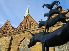 【ブレーメン音楽隊の記念像】銅像の横にはリーブフラウエン教会が立つ