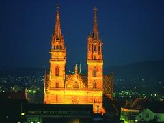 【バーゼル大聖堂】夜間はライトアップされている