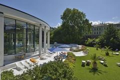 【カラカラ浴場】暖かい日にはお庭のデッキチェアで日向ぼっこも楽しめる
