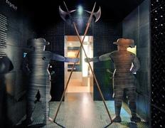 【郷土史博物館】門番を配した展示室入口