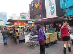 【雙城街夜市(スワンチェンジエイエシー)】「雙城街美食」の看板が目印