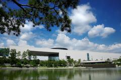 【国立中央博物館/クンリッチュンアンパンムルグァン】博物館全景と建物の姿が水面に映るといわれる「鏡池」