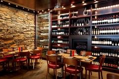 【アイム・アンガス・ステーキ・ハウス】ワインセレクションが並べられた落ち着いた雰囲気の店内