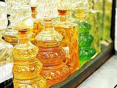 【ヘラル・エル・ヘナウィ】色とりどりの香油の入った瓶