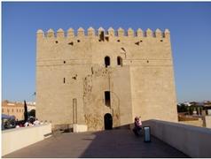 【カラオラの塔】12世紀末に建てられた