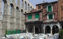 【メソン・デ・カンディド】ローマ水道橋のすぐ隣に位置する