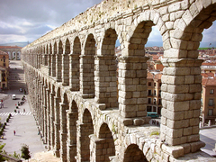 【ローマ水道橋】ローマ水道橋外観 © Ayuntamiento de Segovia-Empresa Municip
