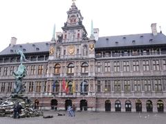 【アントワープ市庁舎】市庁舎の前には手を投げる戦士の銅像がある