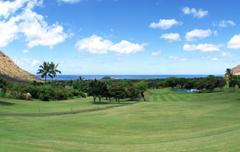 【マカハ・バレー・カントリー・クラブ】両脇を谷に囲まれ、海を臨むコースからの眺め