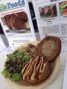 【カイルア・ファーマーズ・マーケット】スーパーフードで作られた人気のベジーバーガー