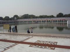 【バングラ・サヒブ・グルドゥワラ】沐浴場となっている池