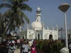 【ハジ・アリ霊廟】多くの巡礼者が訪れる