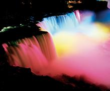 【アメリカ滝】夜はイルミネーションで彩られる