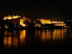 【シティ パレス】夜はライトアップされて豪華
