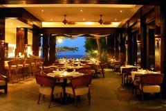 【アバカ・ブティック・リゾート+レストラン】海風が通り抜けるダイニングルーム