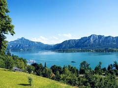 【モント湖】山々に囲まれた美しい湖