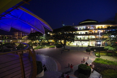 【アラヤ・センター・セブ】夜のライトアップも美しい