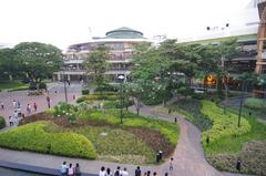 【アラヤ・センター・セブ】広い中庭があり、外でのんびりと過ごせる