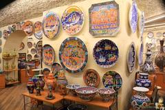 【ギュライ・セラミック】彩色豊なセラミック。青地に白の皿が日本人には人気