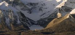 【レイク・ルイーズ】山々に囲まれ、雪に覆われた湖