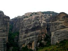 【メガロ・メテオロン修道院】岩の上の外観風景