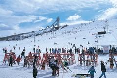【カナダ・オリンピック・パーク】冬には家族連れで賑わうスキー場に