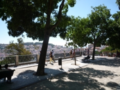 【サン・ペドロ・デ・アルカンタラ展望台】遠くにサン・ジョルジ城も望める