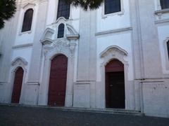 【ノッサ・セニョーラ・ダ・グラサ教会】教会前の展望台でくつろぐ人々