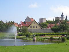 【ゴットランド、ビスビー】公園の向こうに見える城壁に囲まれた町、ビスビー