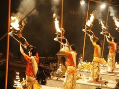 【アラティー(祈祷の儀式)】聖なる火を大きくかざす祈祷の儀式