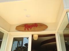 【レインズ】サーフボードにReyn'sとおしゃれな看板