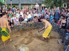 【オールド・ラハイナ・ルアウ】土の中で蒸し焼きにするハワイの伝統調理法であるイムも実演