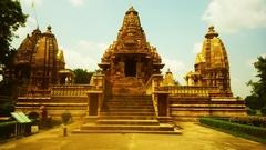【カジュラーホの建造物群】ヴィシュヌ神を祀る「ラクシュマナ寺院」