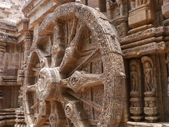 【コナーラクの太陽神寺院】スーリヤ寺院を彩る基壇の車輪の彫刻は約3m
