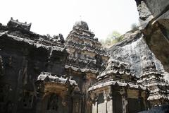 【エローラ石窟群】岩を彫って造られた石窟寺院