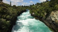 【フカ滝】勢いで水が白く泡立つ