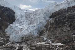 【エンジェル氷河】その形状からぶらさがり型氷河と呼ばれている